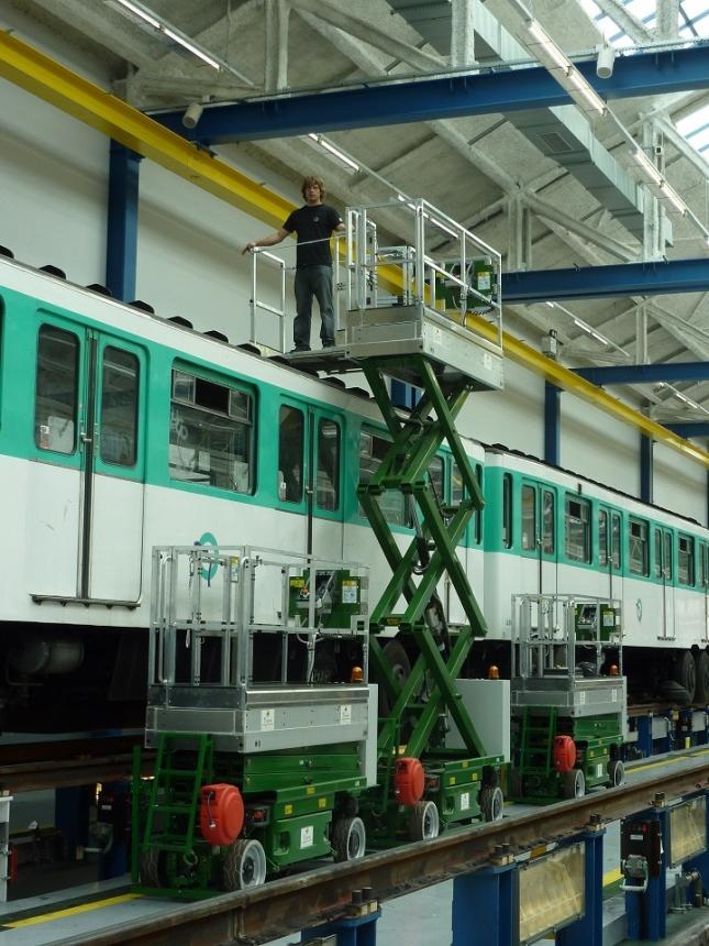 Plateforme élévatrice pour travaux sur toit de rame de métro